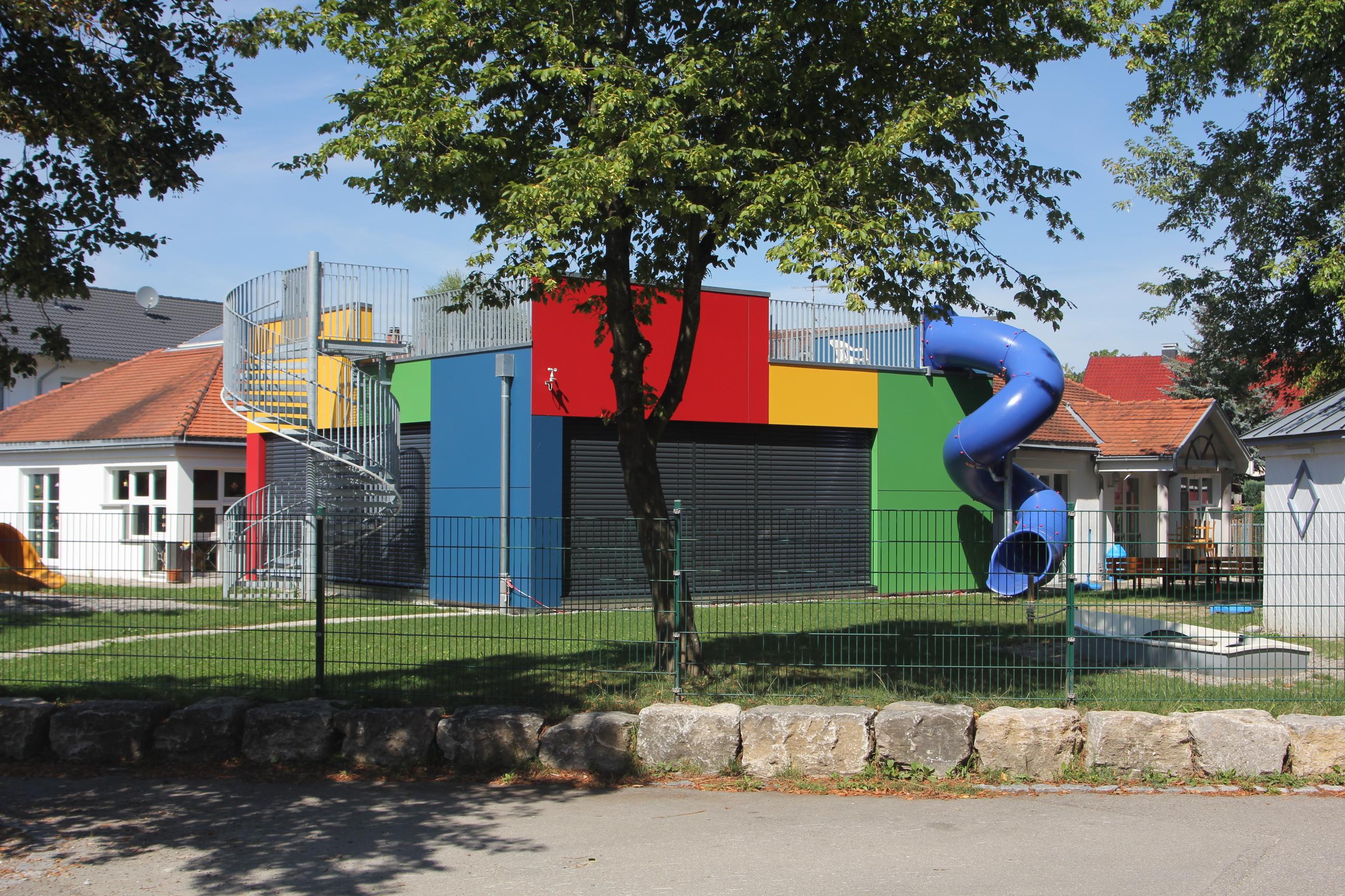 Erweiterung kindergarten gemeinschaftsraum fassade for Architektur innenarchitektur
